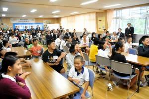 来年度から必修化となる外国語活動の公開授業。教室には児童たちの笑顔と笑い声が響いている=平一小学校