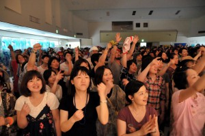 台風の影響で室内開催となったがアーティストたちの熱気あふれるステージで会場は盛り上がった=27日、市中央公民館