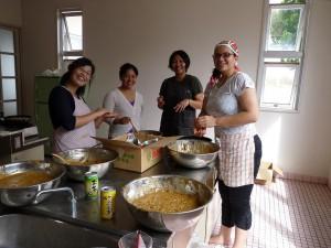 祭りの前日、女性会発足を記念して、サタパンビンを作る会員