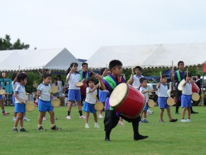 幼稚園児から高校生までの子ども太鼓教室は50人が登録。下地フェスティバルでデビューを飾った。