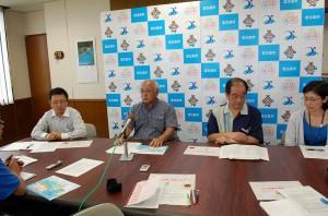 下地市長(左から2人目)が全国初の「すまエコプロジェクト」の実施について発表した=28日、市平良庁舎市長室