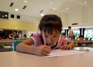 おもしろ漢字検定に挑戦する児童ら=7日、市中央公民館