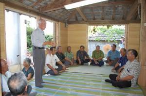 改修工事が行われたパイヌヤーで佐渡山さんが狩俣の祭祀について講話した=28日、狩俣のウプグフムトゥ