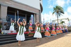 オープニングでは、プアエナ宮古が優雅なダンスでみなとフェスタを盛り上げた=16日、平良港