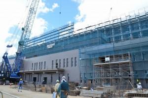 建物北面の一部がお目見えした建設中の新宮古病院=28日、建築現場(旧宮古農林高校グランド跡地)