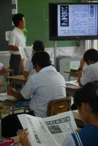 3年前に起きた中学生の暴行事件について考えた生徒たち=20日、佐良浜中