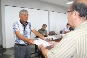 長濱政治副市長(右)から委嘱状を受け取る真壁会長=5日、市役所平良庁舎