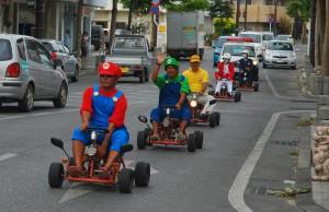 マリオカートで交通安全を訴える関係者ら=10日、市場通り