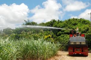 放水銃でかん水するオペレーター=16日、上野地区