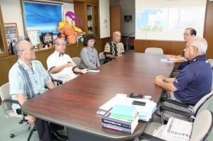 下地市長(右手前)に役員改選を報告する(左から)兼島前会長、古波蔵会長、富川副会長、宮國副会長=20日、市長室