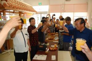 マンゴージュースで乾杯する参加者たち=7日、宮古島市公設市場内の「市場の駅」・「青果の駅」