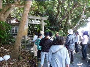 普天間御嶽で垣花さんの説明に耳を傾ける博物館友の会のメンバー