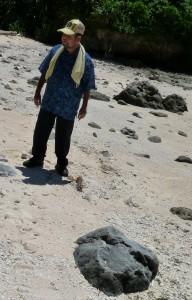 普天間桟橋の北方にある砂浜に真保那璃の枕石(手前)