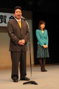 大臣就任祝賀会であいさつをする下地幹郎氏。右は志緒夫人=25日、ホテルアトールエメラルド宮古島