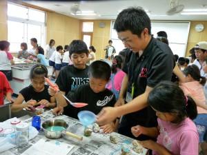 容器はサザエの殻を使ってユニークろうそく(久松小放課後子ども教室)=5月30日