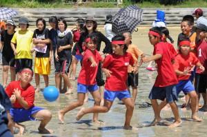 砂まみれでドッジボールを楽しむ子どもたち