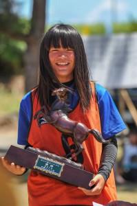 浜競馬で初優勝し、満面の笑みでトロフィーを手にする森坪真愛弥さん