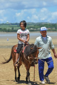 宮古馬の体験乗馬は子どもたちの人気の的