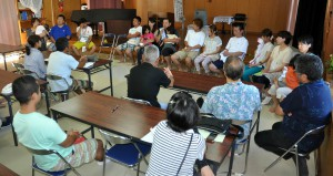 原発事故後の生活を語る福島の家族。参加した市民は悲痛な声に耳を傾けた=27日、宮古バプテスト教会