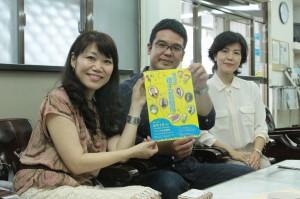 夏休み親子芸術劇場への来場を呼び掛ける黒島さん、棚原さん、大城さん(写真左から)=29日、本社