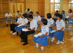 台湾での体験交流を発表した生徒たち=16日、下地中学校