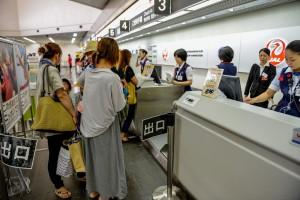 搭乗便変更のため、受付カウンターで手続きをする利用客ら=20日、宮古空港