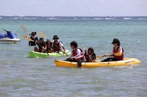 シーカヤックを楽しむ参加者たち=18日、高野漁港西の浜