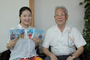 宮古民謡を収録した4枚のCDをPRする和田さんと師匠の平良さん=20日、本社