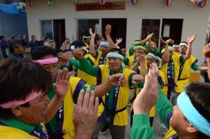 ミーウヤたちはツカサと共に躍動感あふれる踊りを披露した=25日、伊良部佐良浜前里添