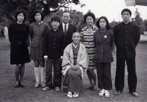 昭和48年元旦に祖母を囲んで家族写真