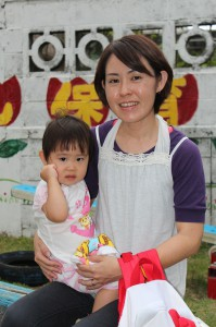 津波古 芙珂ちゃん(1つ)お母さん・福子さん