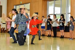 本番に向け稽古の成果を披露する宮古地区の子供たち=19日、竹原コミュニティーセンター