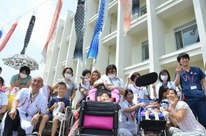子供たちの健やかな成長を願って行われたこいのぼり掲揚式=30日、宮古病院