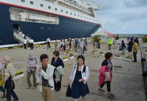 宮古島の観光を楽しみにしていた乗船客ら=14日、平良港下崎埠頭