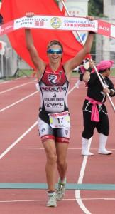 女子で6年ぶり3度目の優勝を飾ったタマラ・コズリナ=17日、市陸上競技場