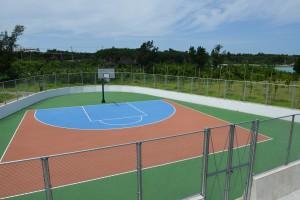 パイナガマ公園内に設置されたバスケットボールハーフコート