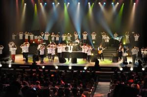 オープニングでは、出演者56人が舞台で躍動的な表現を披露した=12日、マティダ市民劇場