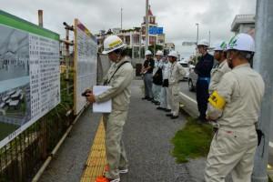 工事現場の掲示板などを確認するパトロール一行=29日、平良東仲宗根の未来創造センター建設工事現場