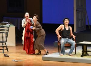 観客の興味を引く場面が続いて楽しませた=27日、市マティダ市民劇場