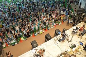 悪天候の影響で急きょ開催場所が変更となるも多くの来場者で盛り上がったミュージックコンベンションの最終日=28日、JTAドーム宮古島