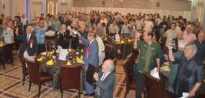 同窓会の発展を祈念して乾杯する会員=26日、那覇市のマリエール・オークパイ