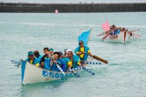 船主による爬龍舟奉納レースが行われた=28日、荷川取漁港