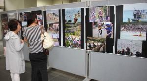 今年のトライアスロン大会を写真で振り返る宮古写真協会による写真展=26日、宮古空港1階ロビー