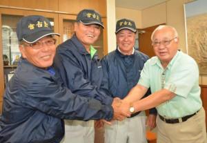 市長に入賞を報告する(左から)砂川さん、上地さん、荷川取さん=7日、市役所平良庁舎