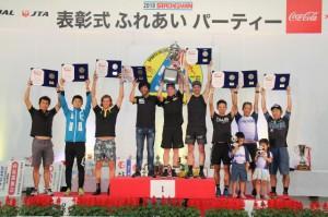 表彰を受けた総合10位以内の選手=23日、JTAドーム宮古島