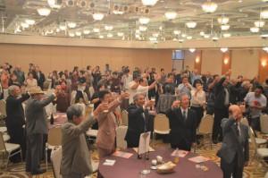 結成50周年を祝して郷友会員らが祝杯を上げ、今後の継続発展を祈った=24日、那覇市のパシフィックホテル沖縄