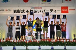 表彰を受けた総合10位以内の選手=15日、JTAドーム宮古島