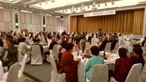 敬老者を祝い親睦を深める郷友ら=3月31日、宜野湾市(提供写真)