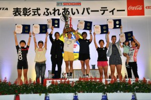 表彰を受けた女子10位以内の選手=15日、JTAドーム宮古島