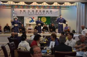 祝賀会の幕開けを飾った沖縄宮古民謡協会の「うぷゆうぱい」=6月30日、那覇市